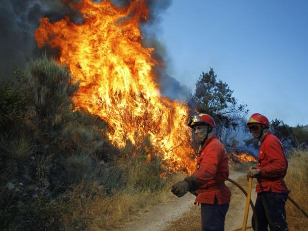 Incêndio na Serra da Estrela, próximo de Covilha, em Portugal, neste sábado (24) (Foto: AP/Francisco Seco)