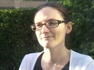 Jennie Hurst passou três meses em um quarto escuro durante o tratamento (Foto: BBC)