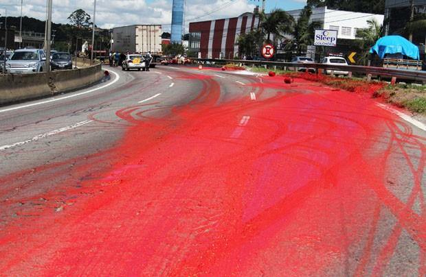 Rodovia ficou vermelha depois de acidente com caminh�o (Foto: Alex Falc�o/Futura Press/Estad�o Conte�do)