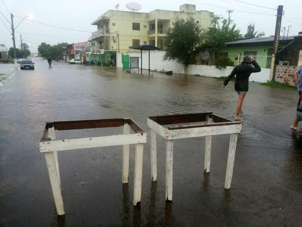 Temporal provoca alagamentos em Uruguaiana (Foto: Caroline Rossassi/RBS TV)