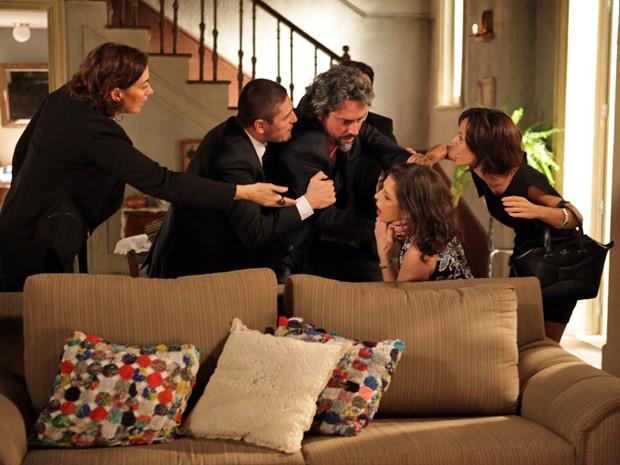 Todos ficam chocados com a cena e tentar afastar Zé de Cora  (Foto: Pedro Curi/TV Globo)
