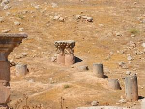 Colunas ainda cobertas por detritos no sítio arquelógico de Jerash (Foto: Juliana Cardilli/G1)