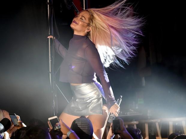 Rita Ora em show em Los Angeles, nos Estados Unidos (Foto: Kevin Winter/ Getty Images/ AFP)