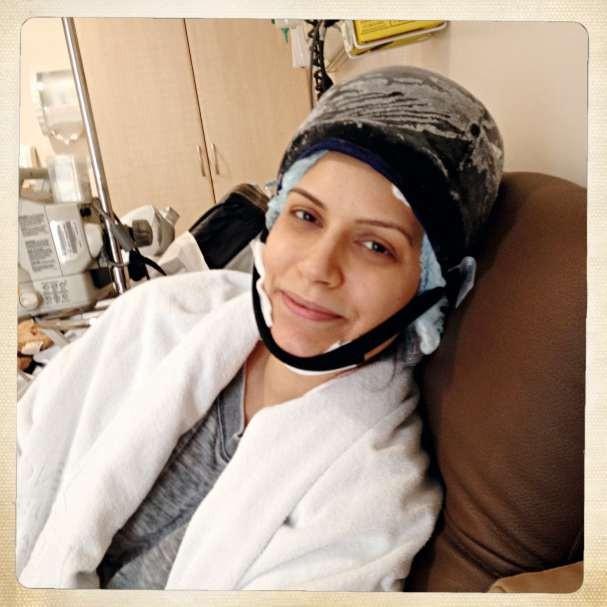 Numa das últimas sessões de quimio, Bruna posa com a touca congelante (Foto: divulgação)