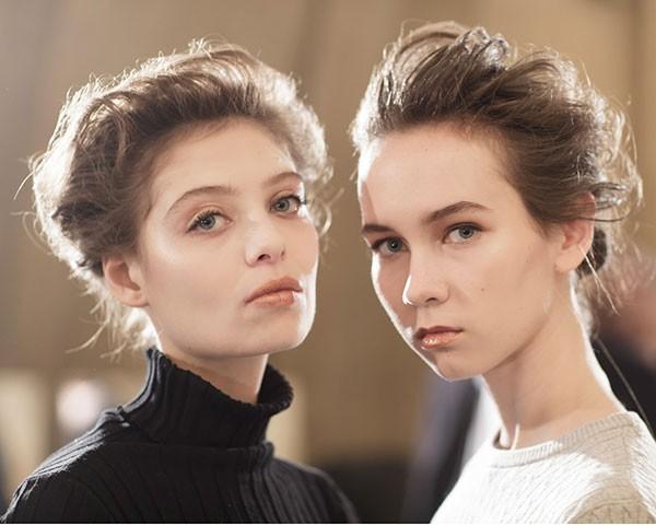 O visual que combina maquiagem simples e cabelo preso dominou a passarela (Foto: Imaxtree)