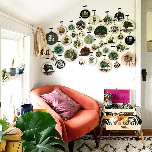 Décor do dia: painel de bordados na parede da sala (Foto: reprodução)