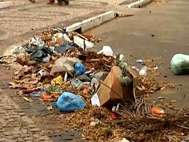 Lixo se acumular às margens de rodovia na entrada de Bacabal, MA (Foto: Reprodução / TV Mirante)