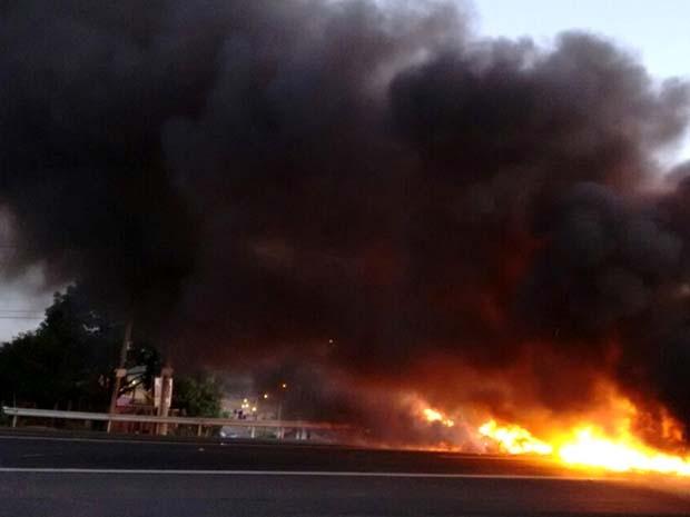 Protesto interditou pistas da Rodovia SP-101,em Hortolândia (Foto: Reprodução / EPTV)