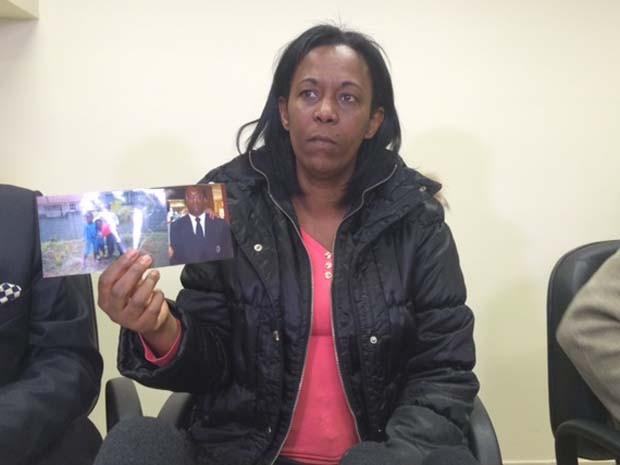 Cunhada mostra foto de vigia que morreu na porta de hospital (Foto: Amanda Previdelli/G1)