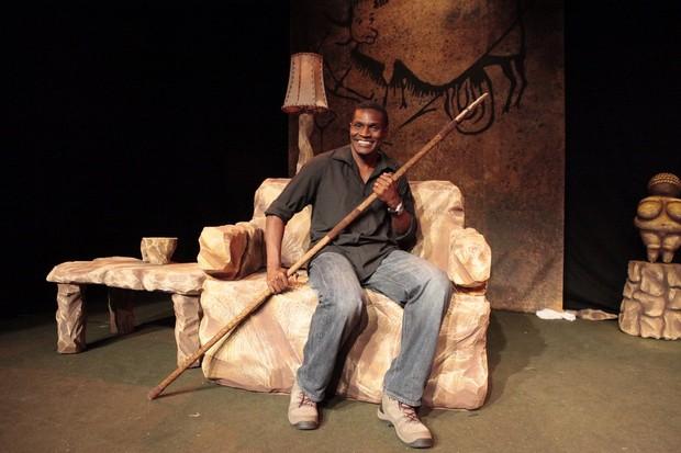 Jacaré no monólogo 'O homem das cavernas' (Foto: Isac Luz/EGO)