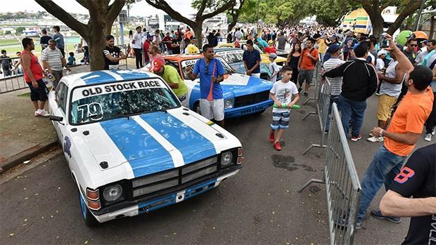 Carros da categoria Old Stock em Interlagos, na última prova do campeonato. (Foto: Divulgação)