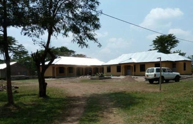 A cada de Mugumu foi criada para receber 40 meninas, mas recebe mais que o triplo durante a 'temporada de corte' (Foto: BBC)