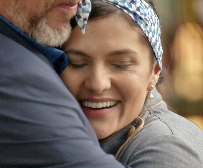 Após elogio, Olga e Elias se abraçam felizes (Foto: TV Globo)