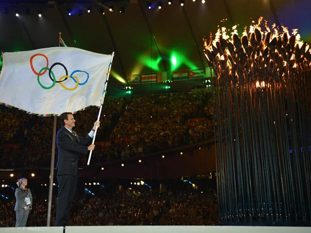 Em Londres, no encerramento dos Jogos Olímpicos, o prefeito Eduardo Paes recebe a Bandeira Olímpica. Com isso, o Rio de Janeiro passa a ser a sede dos próximos Jogos Olímpicos em 2016. Paes chega ao Rio com a bandeira nesta segunda-feira (13). (Foto: Divulgação/J. P. Engelbrecht)
