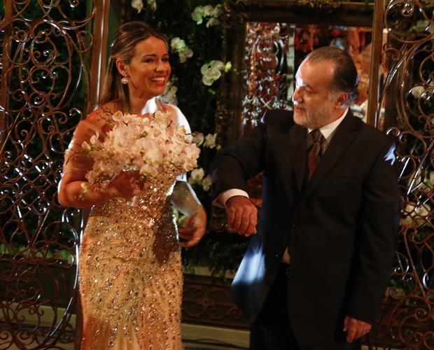 Tony Ramos oferece o braço para levar Silvana até o altar (Foto: Freitas)