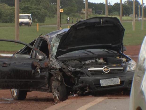 Três pessoas ficaram feridas em um acidente na BR-070, DF, na manhã deste domingo (24) (Foto: TV Globo/ Reprodução)