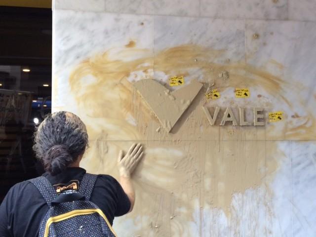 Manifestante pinta parede da sede da Vale, no Centro do Rio (Foto: Cristina Boeckel/G1)