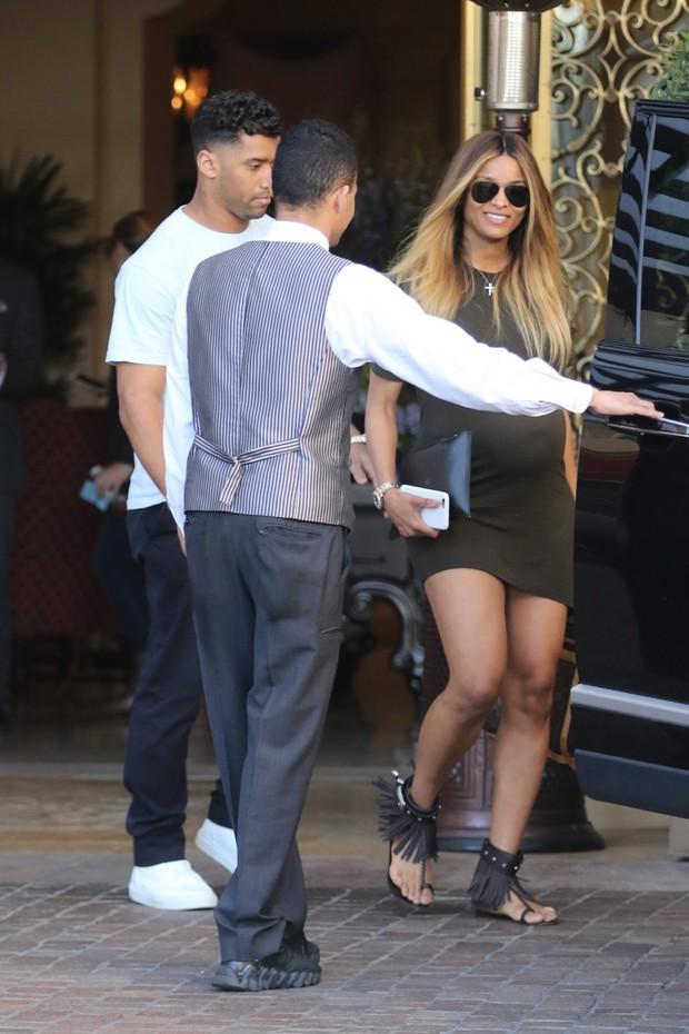 Ciara, grávida, e o marido, Russell Wilson, em Los Angeles, nos Estados Unidos (Foto: AKM-GSI/ Agência)