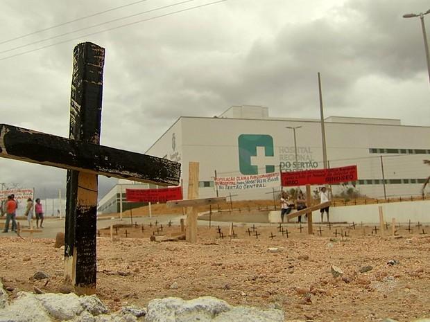 Moradores fazem protesto contra falta de funcionamento do Hospital de Quixeramobim (Foto: TV Verdes Mares/Reprodução)