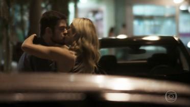 Jeiza beija Zeca para evitar discussão