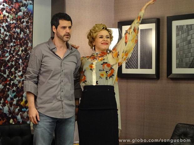 Bárbara sonha com o tapete vermelho ao lado de Natan (Foto: Sangue Bom / TV Globo)