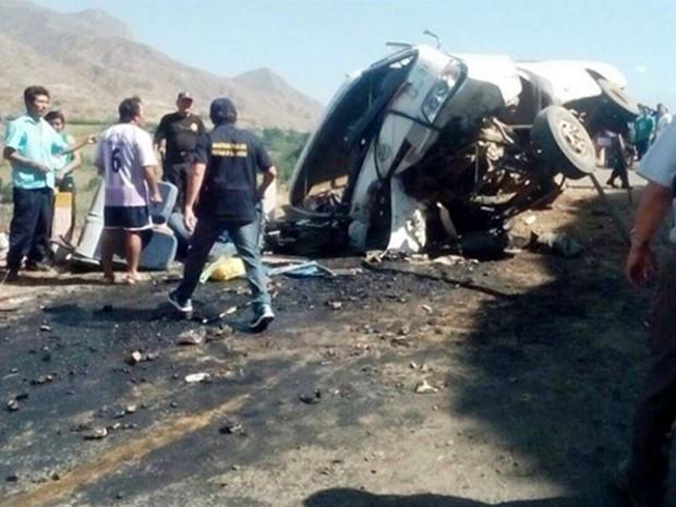 Queda de ônibus nos Andes peruanos deixou mortos e feridos neste domingo (5) (Foto: Agência Andina)