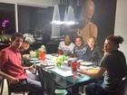 Antônia Fontenelle janta com Emerson Sheik e amigos