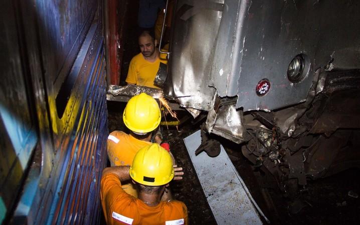 Bombeiros trabalham no resgate aos feridos da colisão entre dois trens em Mesquita, no Rio de Janeiro