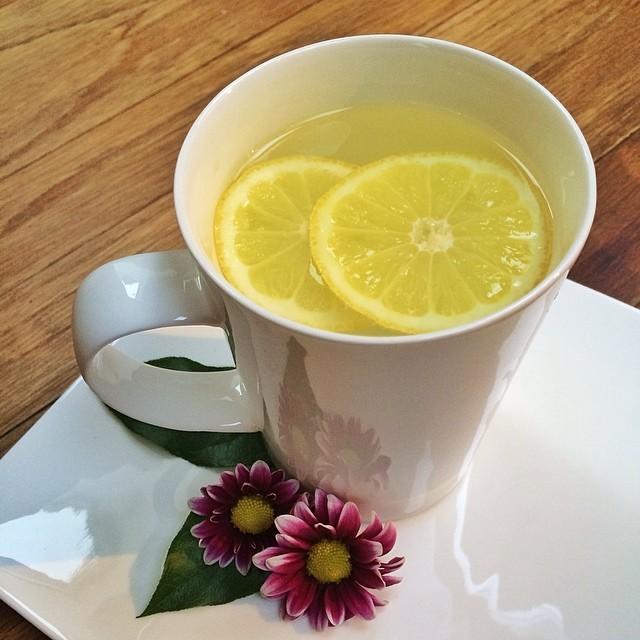 A família começa o dia com uma xícara de água morna com limão em jejum (Foto: Reprodução/ Instagram)