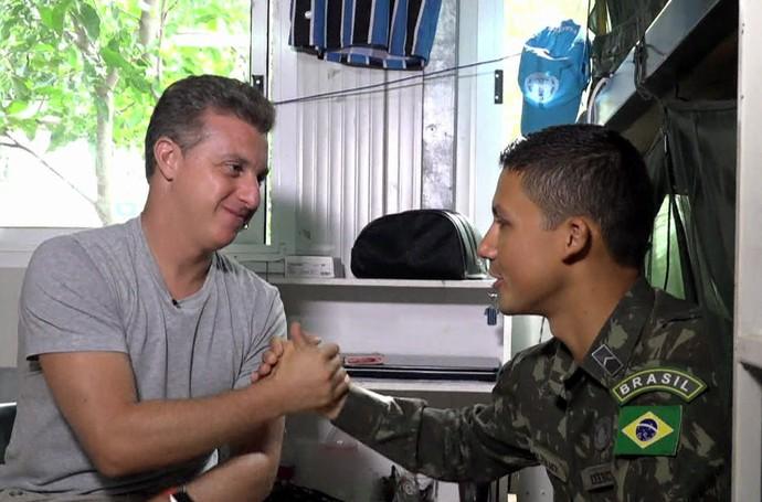 Luciano Huck mostra a vida dos militares brasileiros no Haiti  (Foto: TV Globo)