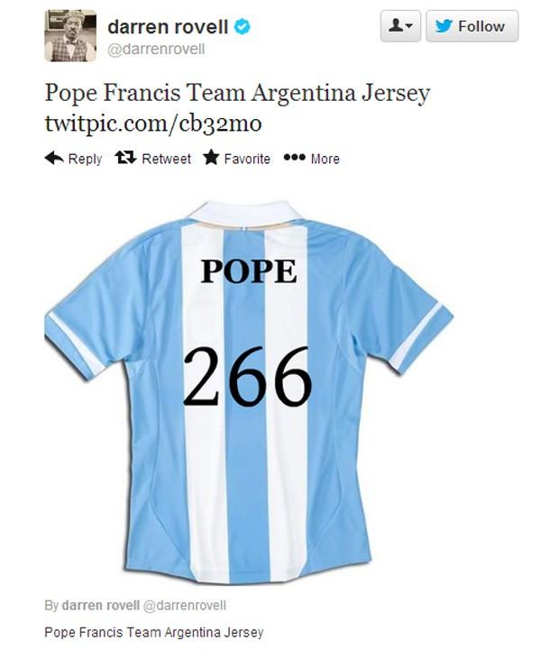 """O repórter da EPSN Darren Rovell criou uma camiseta da argentina com a inscrição 'Papa"""", e uma referência que Francisco I é o 266º papa (Foto: Reprodução)"""