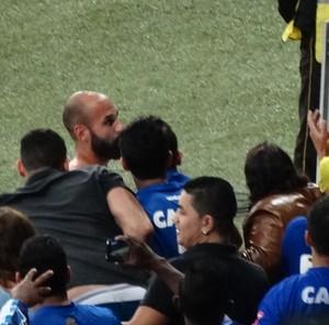 """Bruno Rodrigo """"faz a pazes"""" com a torcida e entrega camisa para torcedores (Foto: Maurício Paulucci)"""