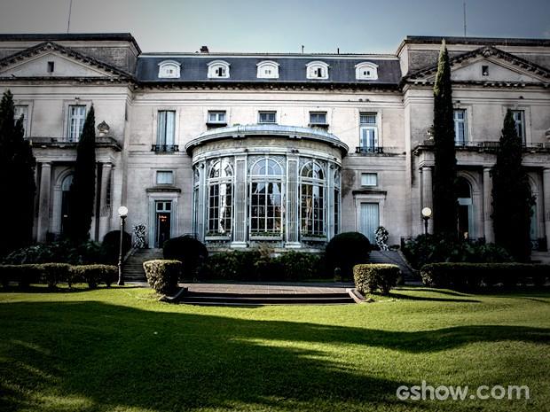 A mansão abusa de seus jardins e o verde predomina (Foto: Fábio Rocha / TV Globo)