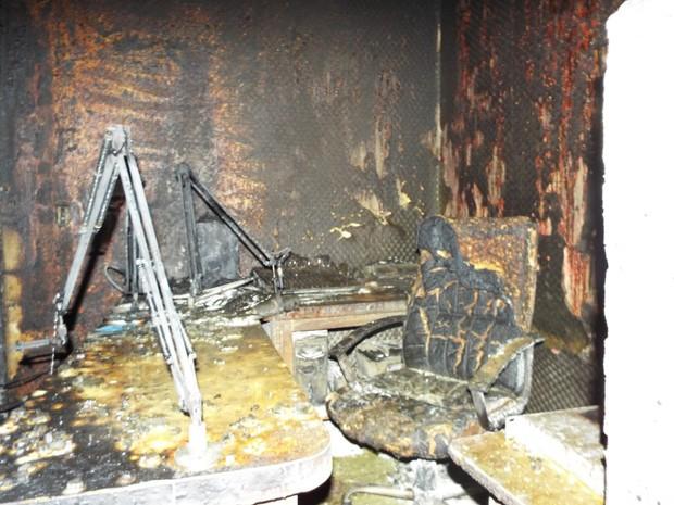 Estúdio da rádio foi destruído pelas chamas (Foto: Coletiva FM de Cristal do Sul)