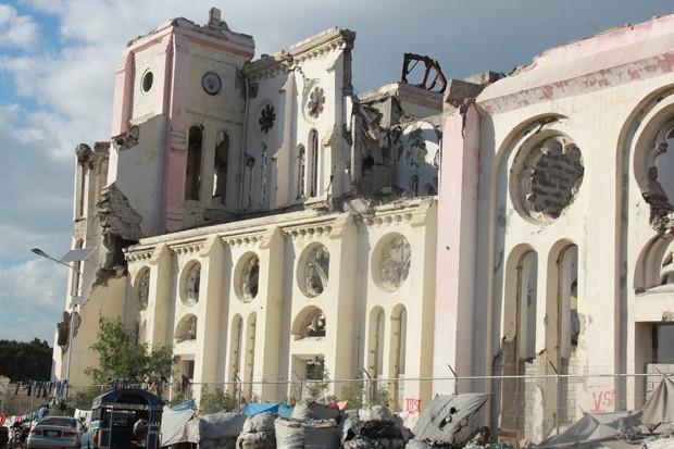 Ainda não há previsão para a derrubada do que sobrou e a construção de uma nova. Em volta da catedral vivem algumas famílias de pessoas que perderam suas casas com os tremores (Foto: Renato Machado/G1)