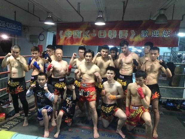 Ex-BBB Roni Mazon com amigos chineses em aula de muai thai (Foto: Acervo pessoal)