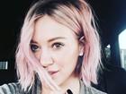 Hilary Duff muda o visual (de novo) e aparece com o cabelo rosa e curtinho