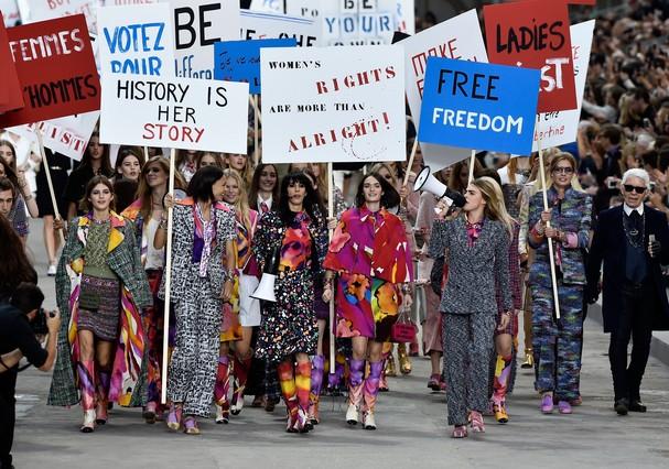 Luta contra o machismo já tomou conta até de desfile da Chanel (Foto: Getty Images)