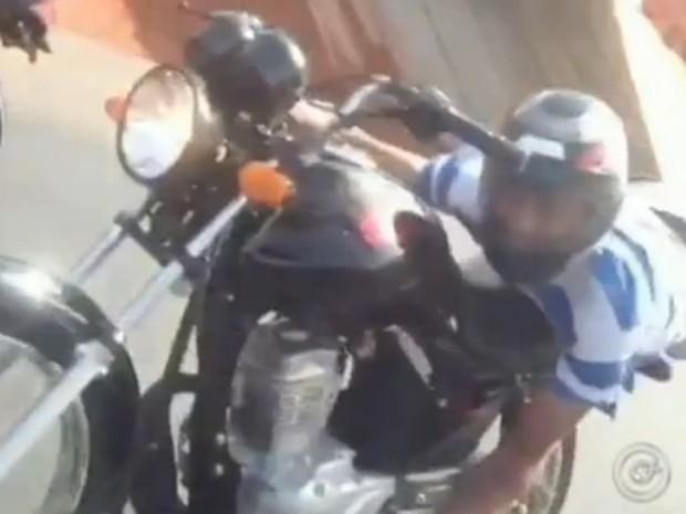 Motociclista  se aproxima da câmera quando percebe que está sendo filmado (Foto: Reprodução / TV Tem)