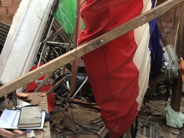 Avião ficou totalmente destruídos após queda (Foto: Adonias Silva/G1)