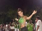 Renata Santos exibe pernas torneadas em ensaio de carnaval