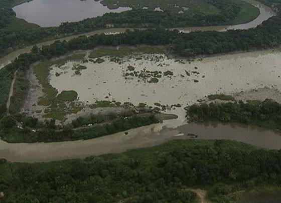 Resíduos de mineração invadiram o rio Paraíba do Sul (Foto: Reprodução/TV Vanguarda)