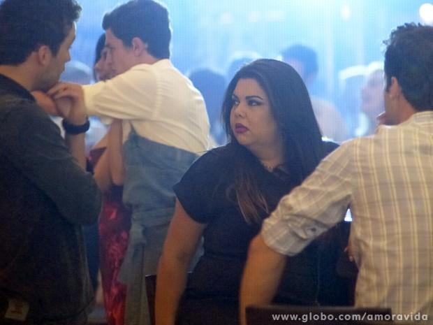 Perséfone fica indignada ao ver Daniel com uma loira magra (Foto: Amor à Vida / TV Globo)