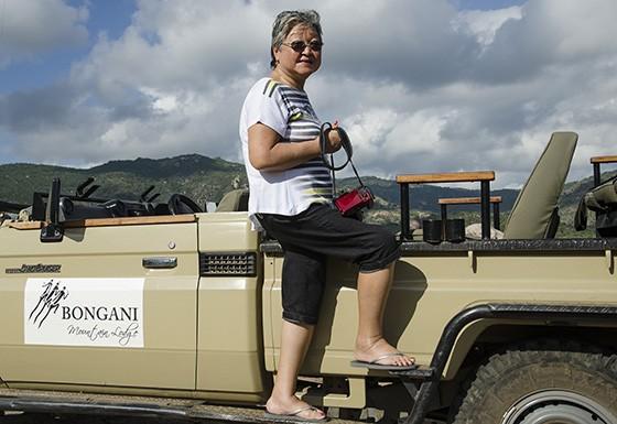Durante o dia, Mitiko participa de uma saída para observação de animais em safári em Bongani  (Foto: © Haroldo Castro/Época)