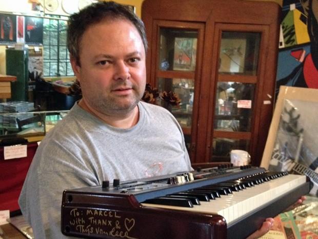 Marcel Castro exibe o 'xodó' da coleção: um teclado Hammond autografado pelo tecladista da banda Focus (Foto: Marcelo Mora/G1)
