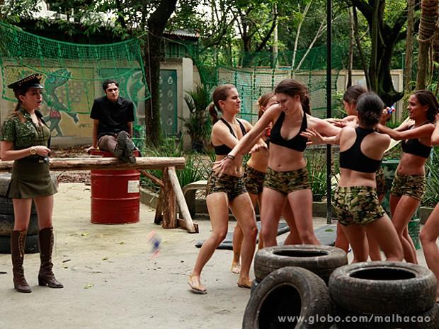 Essas MICAs não tem jeito mesmo...Elas brigam por Antônio nos jogos (Foto: Ellen Soares / Malhação)