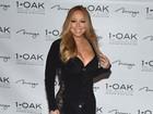Mariah Carey dispensa lingerie em vestido decotado e com transparência