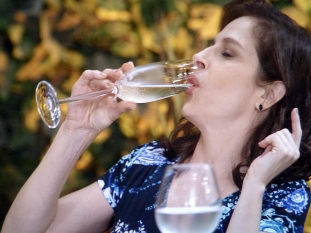 Cora faz vilania e brinda com champagne  (Foto: Império/TV Globo)