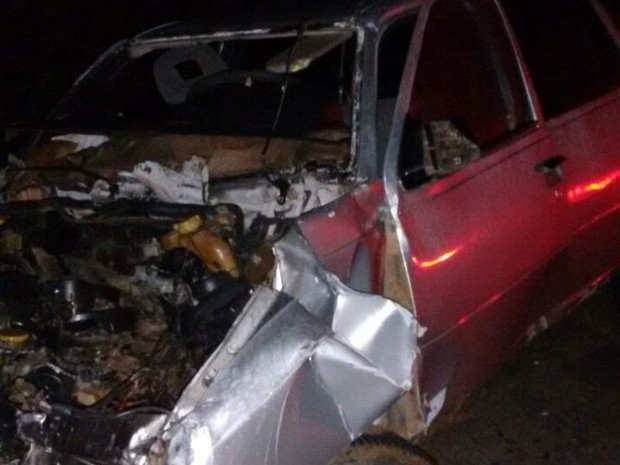 Carro ficou destruído após batida que matou o condutor  (Foto: Anderson Maciel/Blog do Anderson)