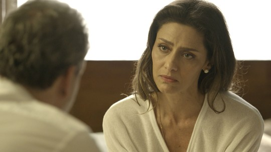 Eugênio assume que errou, e Joyce insiste em saber quem é a amante